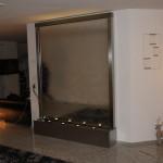 Spiegelglas Wasserwand mit Edelstahl Rahmen