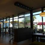 Wasserwand Glas in Bäckerei als Raumteiler zum Cafe-Bereich
