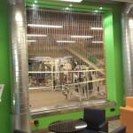 Fadenbrunnen als Raumteiler in Fitness-Studio