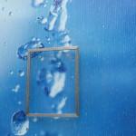 Kunst-Installation mit schwebendem Rahmen hinter dem Wasser