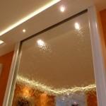 Spiegelglas Wasserwand mit Holzverkleidung
